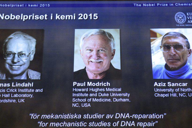 Tomas Lindahl, Paul Modrich et Aziz Sancar... (PHOTO JONATHAN NACKSTRAND, AGENCE FRANCE-PRESSE)