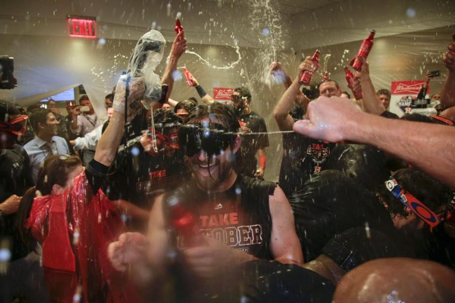Les joueurs des Astros célèbrent leur victoire contre... (PHOTO JULIE JACOBSON, AP)