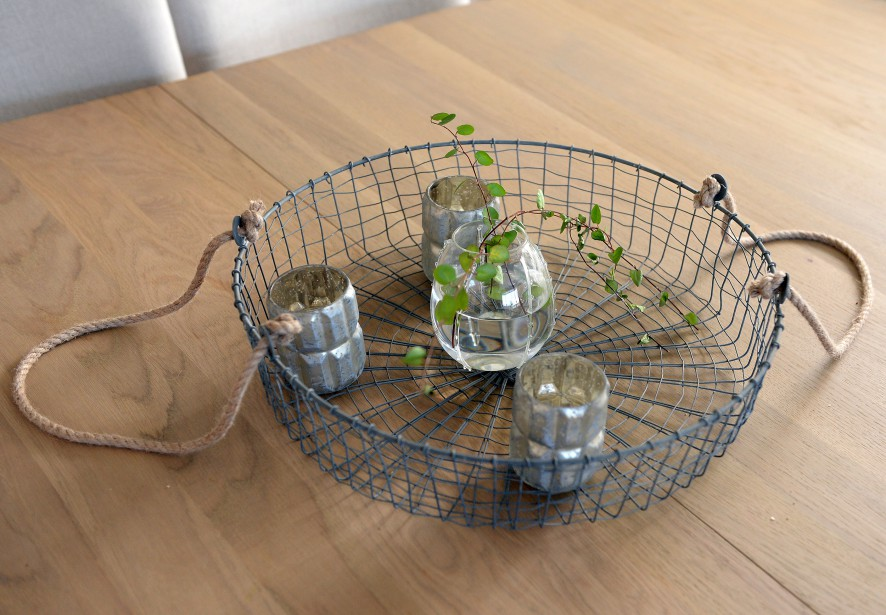 Dans sa salle à manger, Lynn Paradis expose des accessoires de Blancrème, joliment rehaussés de verdure. (Le Soleil, Erick Labbé)