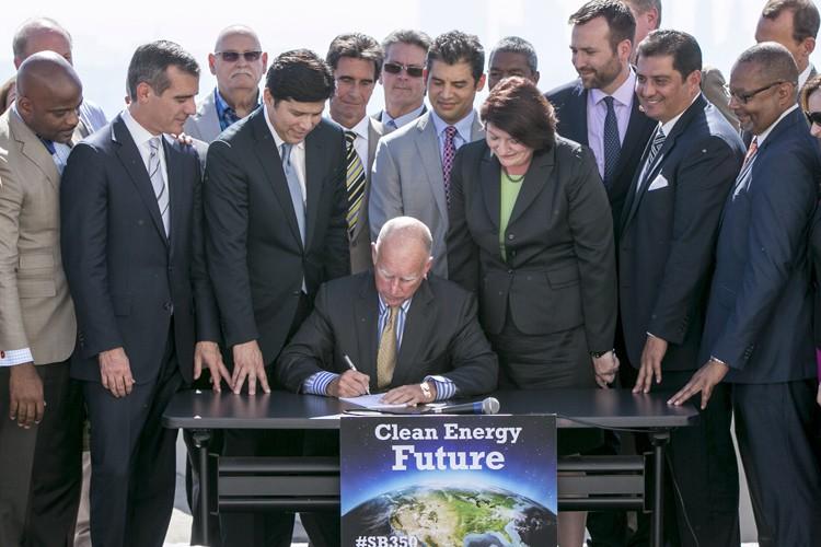 Jerry Brown a signé une loi ambitieuse pour... (PHOTO AP)