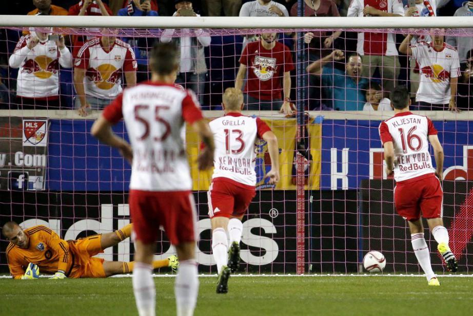 Sacha Kljestan a marqué sur un penalty après... (PHOTO AP)