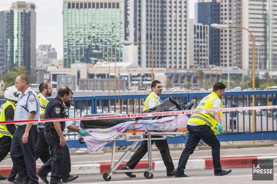 Des secouristes israéliens transportent sur une civière le... (PHOTO JACK GUEZ, AFP)
