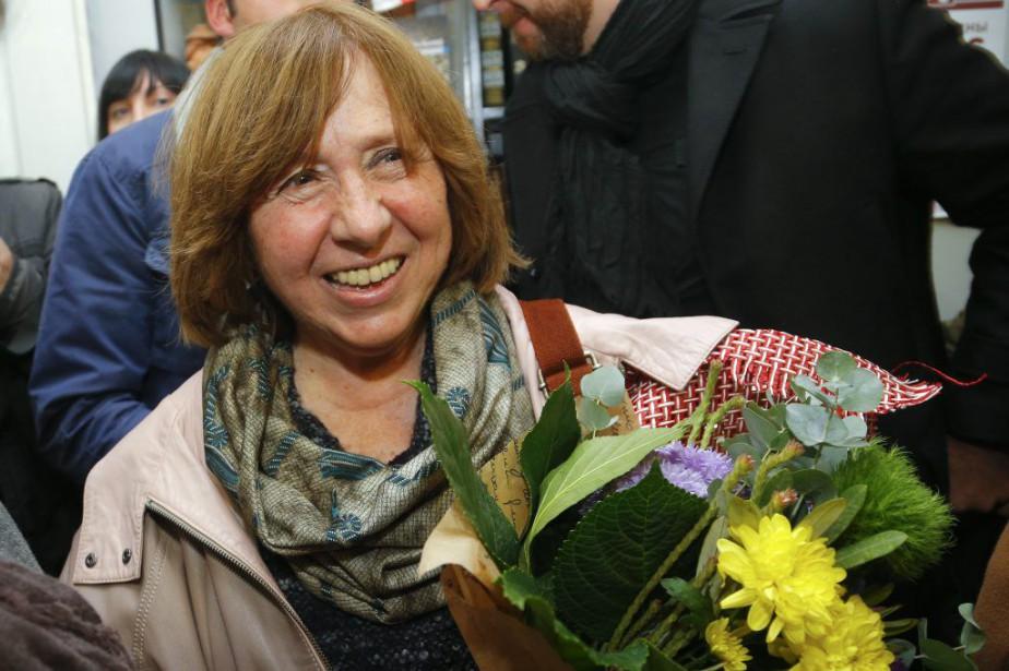 Svetlana Alexievitch à sa sortie d'une conférence de... (PHOTO AP)