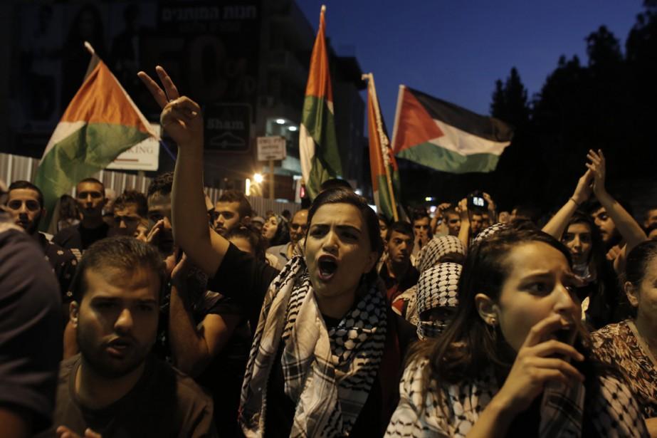 Des Israéliens arabes manifestent en soutien au peuple... (Photo AHMAD GHARABLI, AFP)
