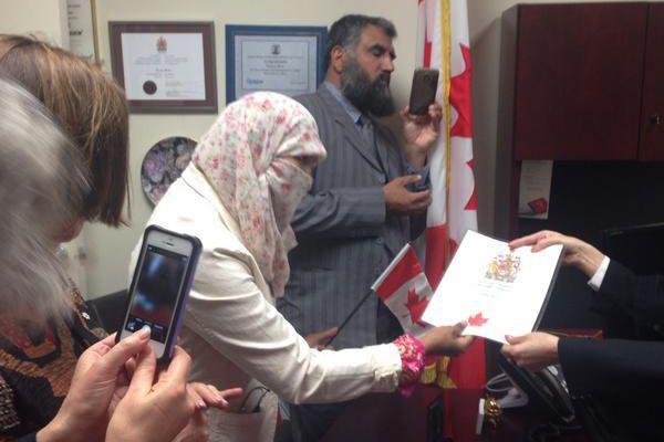Zunera Ishaq au moment de prêter serment, cet... (PHOTO RADIO-CANADA, TIRÉE DE TWITTER)