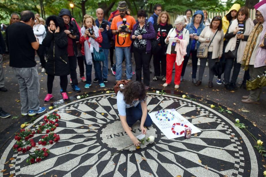Des fans de John Lennon se sont réunis... (PHOTO AFP)
