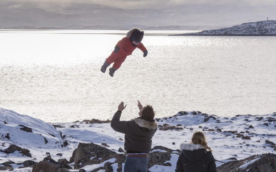 Justin Trudeau joue avec son garçon Hadrien lors de sa visite au Nunavut. (Photo Paul Chiasson, La Presse Canadienne)