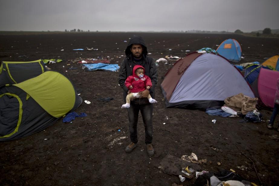 Peu importe ce que ça prend, je n'ai qu'un but: un avenir meilleur et sécuritaire pour ma femme et mes deux enfants. L'eau froide ne m'importe pas, ni la brutalité de la police. Je peux voir les traumatismes de ma femme et de mes enfants, mais avec chance, ils auront un meilleur avenir en Suède. (AP, Muhammed Muheisen)
