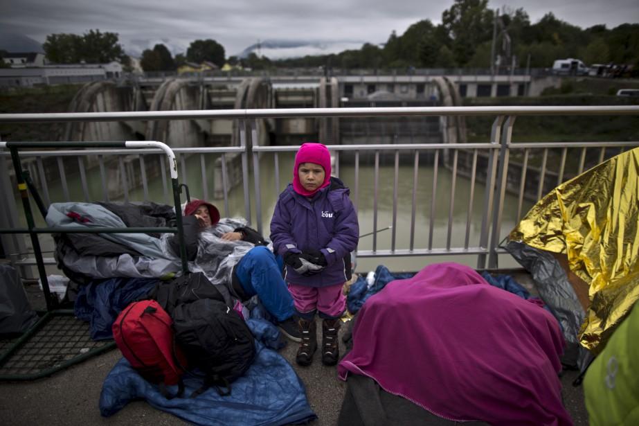 J'ai tellement froid à attendre sur ce pont avec mon père, ma mère et mon jeune frère,depuis deux jours. (Associated Press, Muhammed Muheisen)