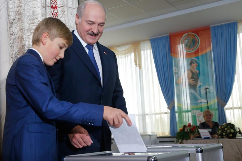 Alexandre Loukachenko s'est rendu au vote en compagnie... (PHOTO SERGEI GRITS, AP)