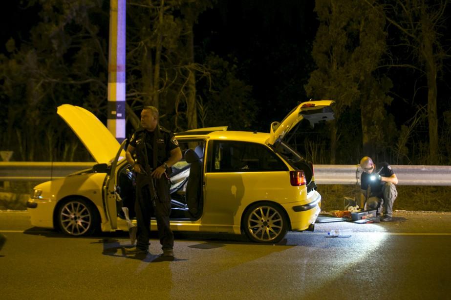 Des membres des forces de sécurité inspectent une... (PHOTO BAZ RATNER, REUTERS)