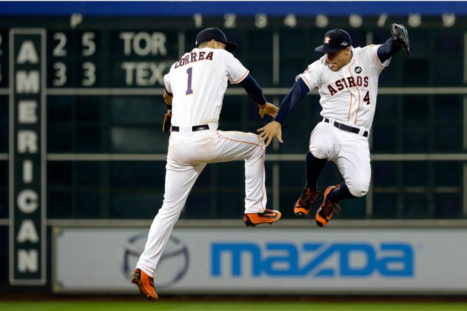 Carlos Correa et George Springer ont célébré la... (PHOTO PAT SULLIVAN, AP)