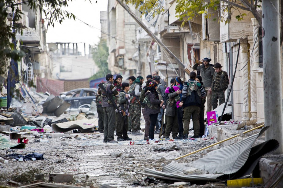 Des combattants des forces kurdes font une pause... (Photo Jake Simkin, AP)