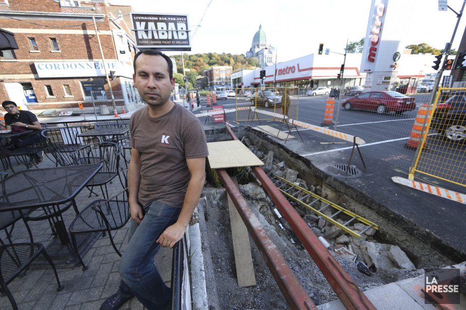 Houssam, gérant du restaurant Kabab, qui donne directement... (Photo André Pichette, La Presse)