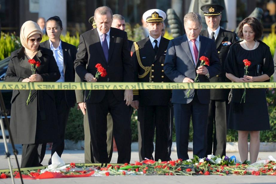 Le président Erdogan (2e en partant de la... (PHOTO REUTERS/STRINGER)