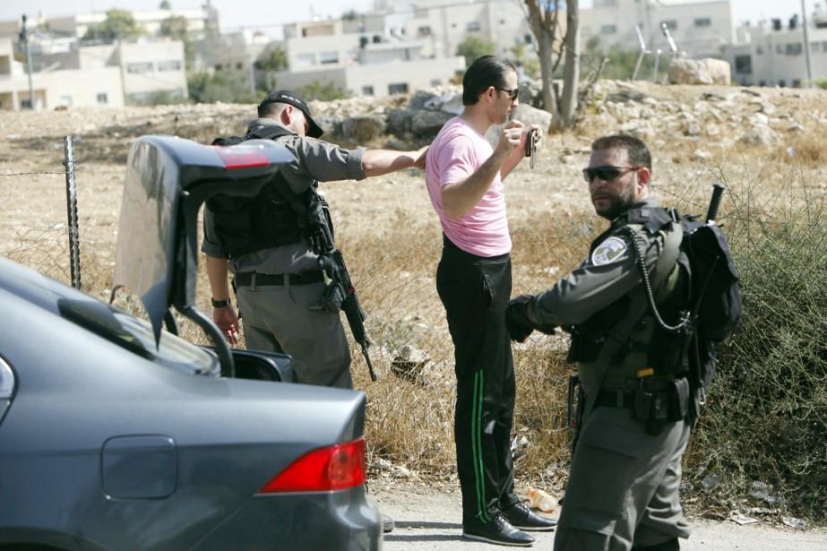 Dès mercredi matin, des policiers en armes contrôlaient... (PHOTO MAHMOUD ILLEAN, AP)