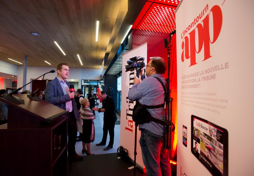 Le journaliste René-Charles Quirion et le caméraman Frédéric Côté en plus tournage d'une vidéo sur l'événement. ()