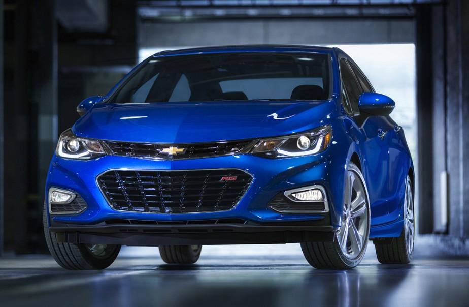 <strong>Chevrolet Cruze — À partir de 16 075 $</strong> De plus belles lignes, un poids réduit et un nouveau moteur quatre-cylindres turbo de 1,4 litre, la seconde génération de la Cruze promet. (Photo fournie par GM)