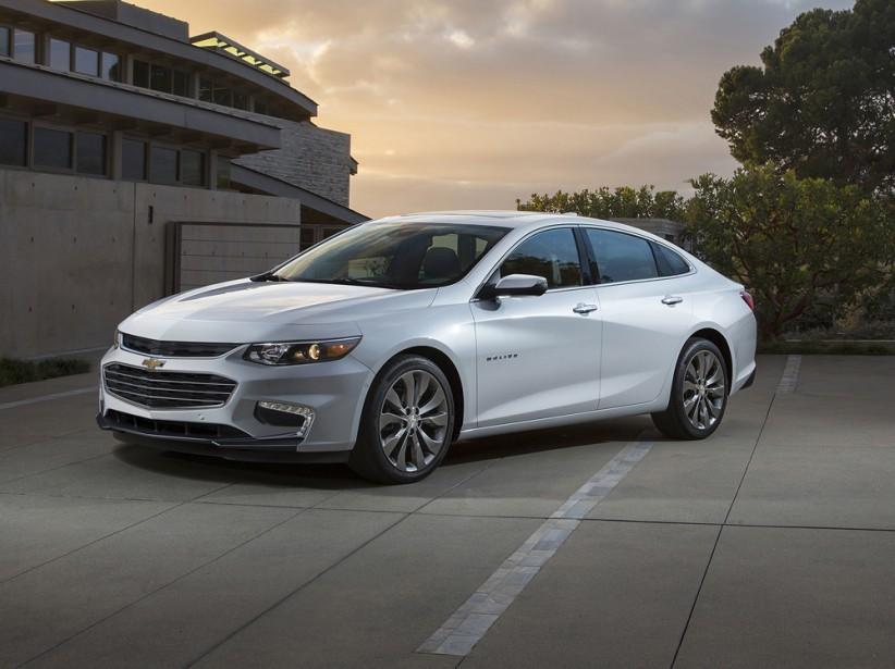 <strong>Chevrolet Malibu — À partir de 25 140 $</strong> La Malibu a subi à peu près la même cure de rajeunissement que sa petite soeur, la Cruze. Une version hybride sera également proposée. (Photo fournie par GM)