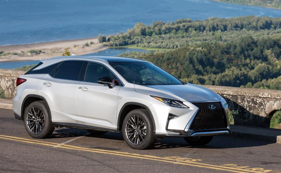 <strong>Lexus RX — À partir de 51 100 $</strong> Ce VUS de luxe, quatrième du nom, affiche de façon plus évidente les nouvelles lignes de design des Lexus. Une version hybride est également proposée. (Photo fournie par Lexus)
