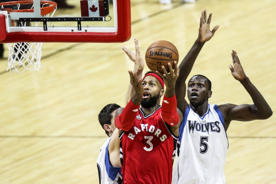 James Johnson (3) a le meilleur sur Gorgui Dieng (5). (Patrick Woodbury, LeDroit)
