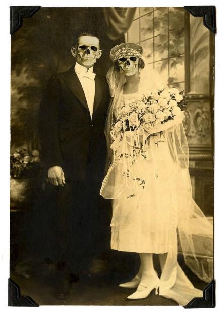 Sur le manteau de la cheminée, un petit masque de squelette superposé sur le visage des aïeux encadrés met immédiatement dans le ton. (irée de bnute.blogspot.ca)