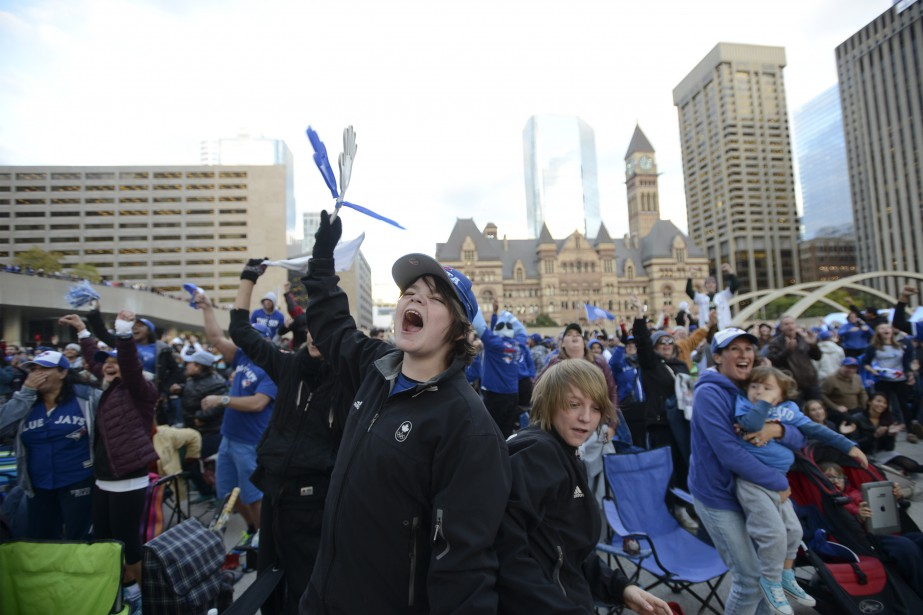 Des partisans des Jays regardent le cinquième match sur un écran géant, auNathan Phillips Square, à Toronto. (PC, Marta Iwanek)