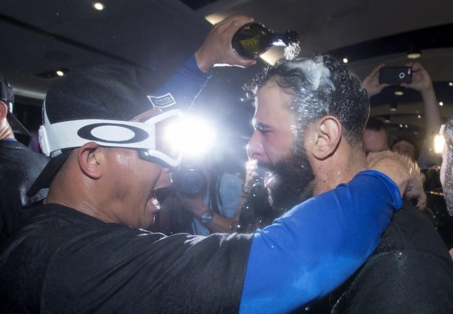 Jose Bautista a eu droit à une petite douche alcoolisée après la victoire des Blue Jays. (PC, Frank Gunn)