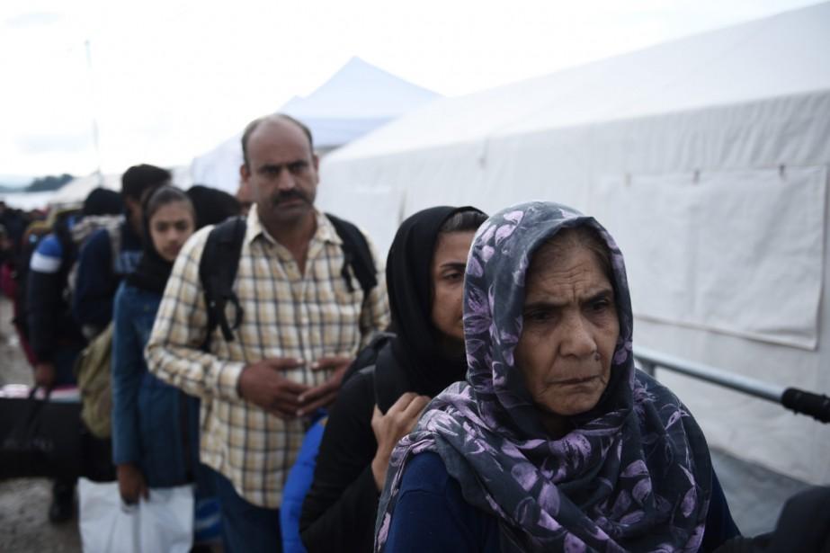 Une vieille dame afghane attend de passer de... (Photo Giannis Papanikos, archives AP)