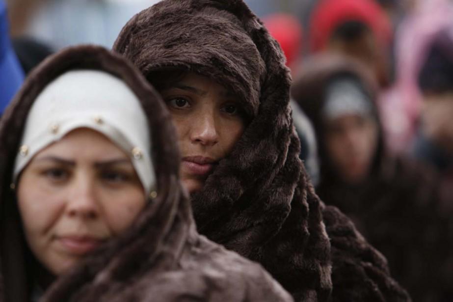 En Croatie, des migrants attendent de prendre un... (Photo Amel Emric, AP)