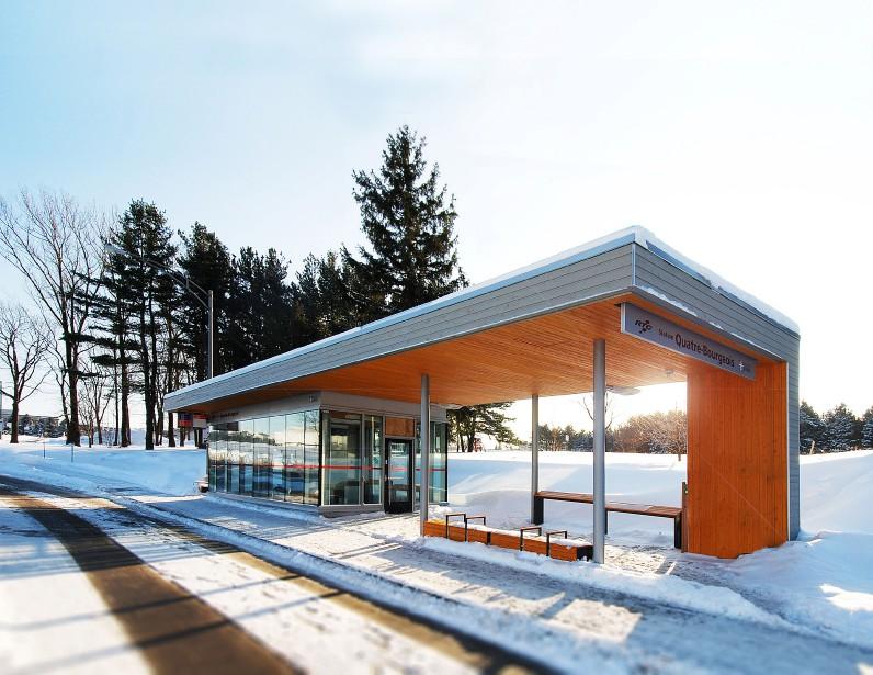 Stations tempérées (arrêts d'autobus) : Foresterie et Quatre-Bourgeois, Université Laval, 2405, rue de la Terrasse, arrondissement de Sainte-Foy-Sillery-Cap-Rouge, dans la catégorie Construction neuve (Photo fournie par les Mérites d'architecture)