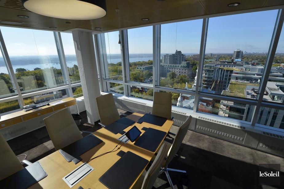 Le verre source de communication dans un bureau d 39 avocats for Bureau quebec montreal