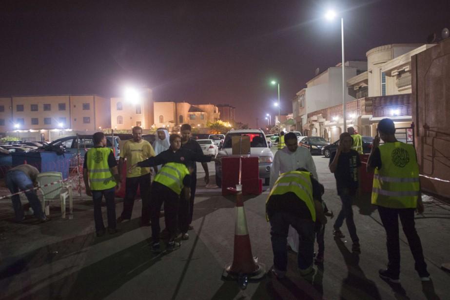 Des travailleurs sont fouillés, àQatif, à 400 km... (Photo HUSSEIN RADWAN, AFP)