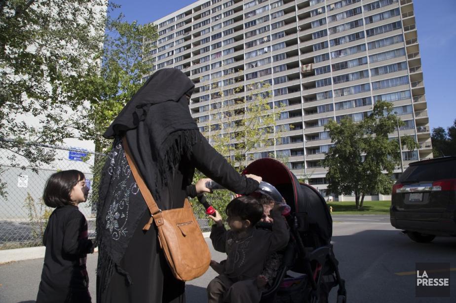 Une femme portant le niqab, dans le quartier... (PHOTO MARTIN TREMBLAY, LA PRESSE)