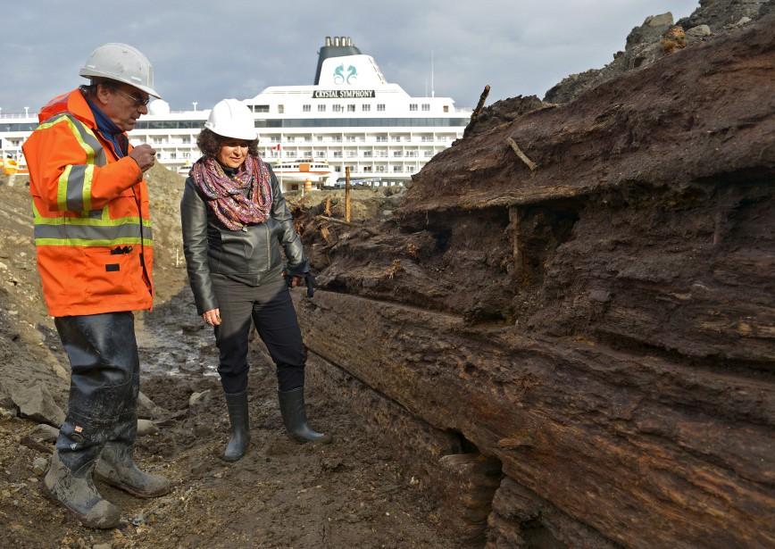 Dominique Lalande et Brian Ross documentent l'histoire portuaire de Québec en fouillant le sol du site Dalhousie. (Photo Le Soleil, Yan Doublet)