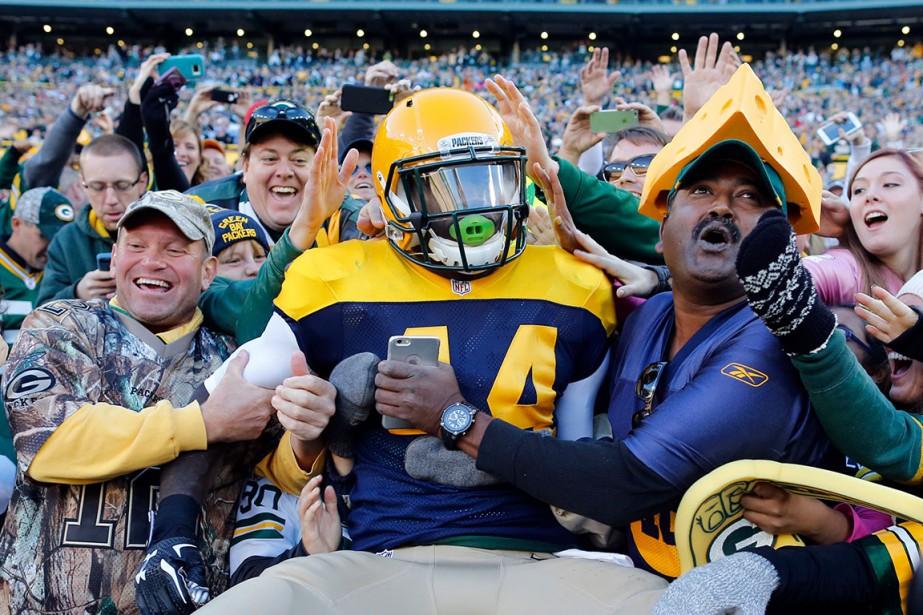 James Starks célèbre avec les partisans des Packers, après avoir inscrit un touché en première demie, dimanche. Les Packers l'ont emporté 27-20 sur les Chargers. (AP, Jeffrey Phelps)