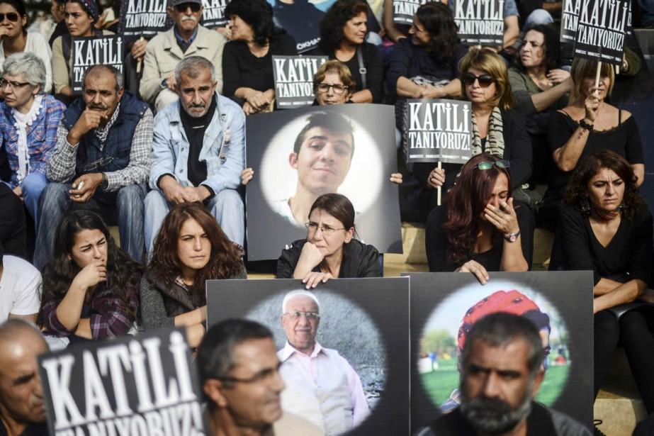 Des militants brandissent des pancartes où l'on peut... (PHOTO BULENT KILIC, ARCHIVES AFP)