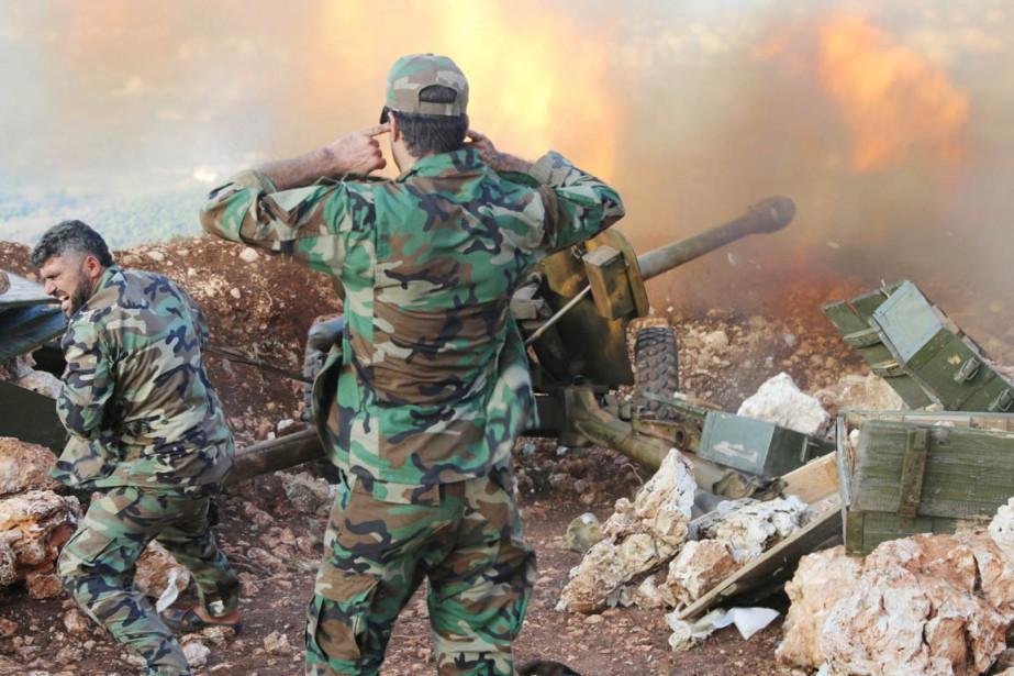 Des militaires de l'armée syrienne tirent au canon... (PHOTO ALEXANDER KOTS, ARCHIVES KOSOMOLSKAYA/AP)