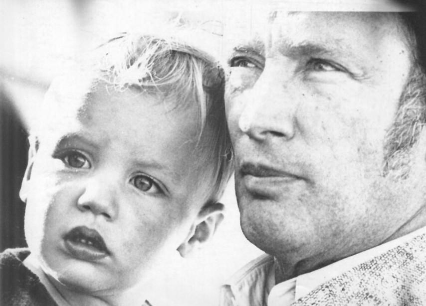 Juillet 1973 À deux ans et demi, Justin Trudeau accompagne déjà son père, Pierre Elliott Trudeau, lors de ses déplacements. Sur cette photo, on voit le duo à Vancouver. De nombreux clichés montrant le père et le fils ont été pris lors des différents voyages de l'ex-premier ministre à l'étranger, notamment au Vatican avec le pape. (Photothèque Le Soleil)