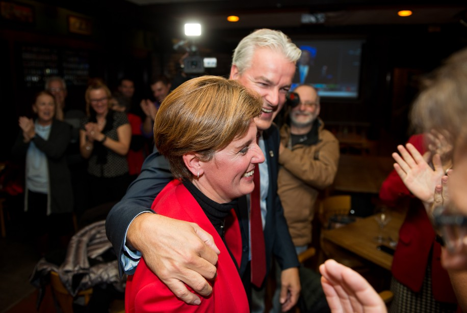 Marie-Claude Bibeau et son conjoint Bernad Sévigny, célébrant la victoire. (Imacom, Jessica Garneau)