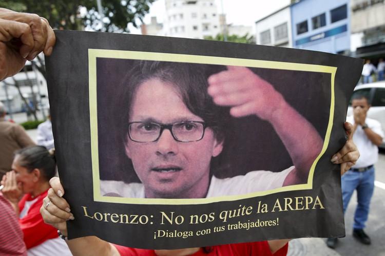 Des partisans du président vénézuélien brandissent une affiche... (PHOTO REUTERS)