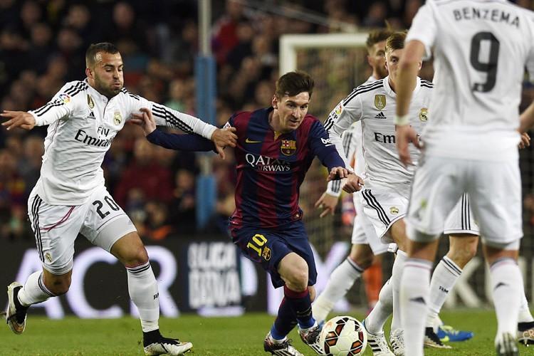 Un arbitre assistant exerçant en Championnat d'Espagne a déposé... (ARCHIVES AFP)