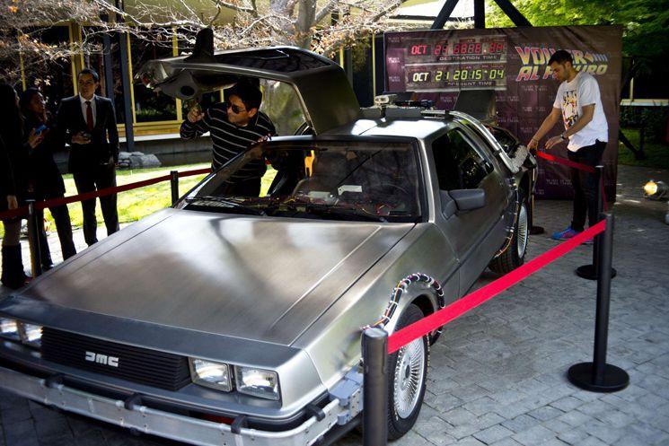 Une réplique de la DeLorean a été exposée... (PHOTO AFP)