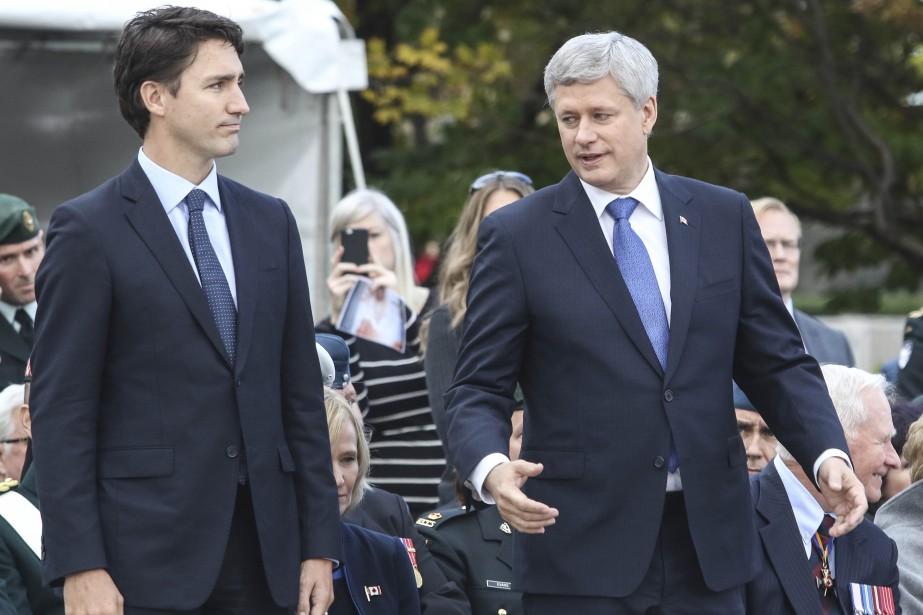 Le premier ministre désigné Justin Trudeau et lepremier ministre sortant Stephen Harper ont déposé ensemble une couronne au Monument commémoratif de guerre du Canada. (Patrick Woodbury, LeDroit)