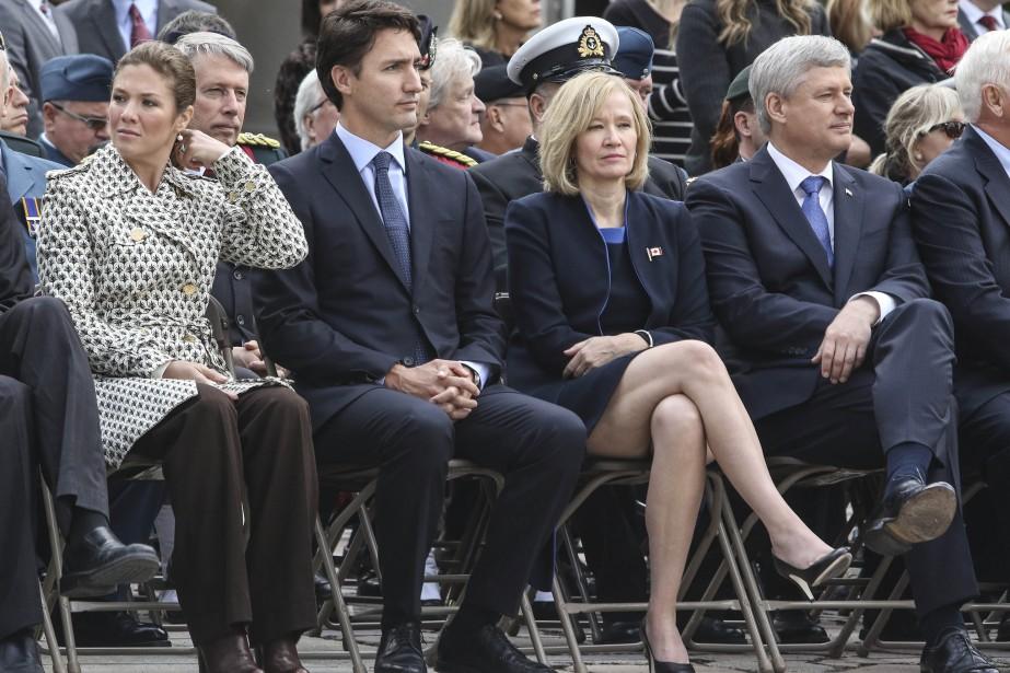 Lepremier ministre désigné Justin Trudeau et lepremier ministre sortant Stephen Harper, accompagnés de leurs épouses. (Patrick Woodbury, LeDroit)
