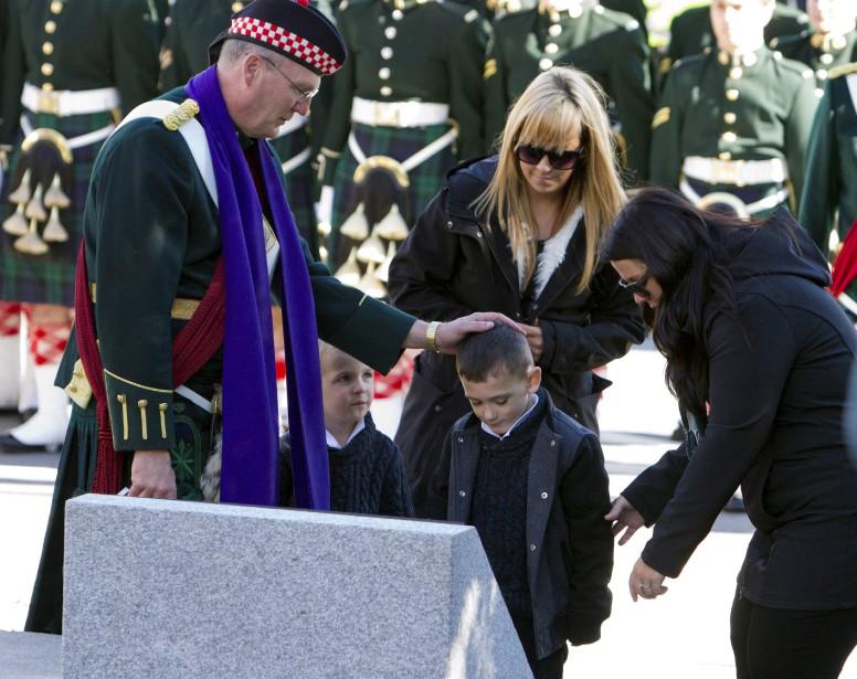 Le fils du caporal Nathan Cirillo, Marcus, a déposé une couronne à l'endroit où son père a perdu la vie l'an dernier. (Fred Chartrand, La Presse Canadienne)