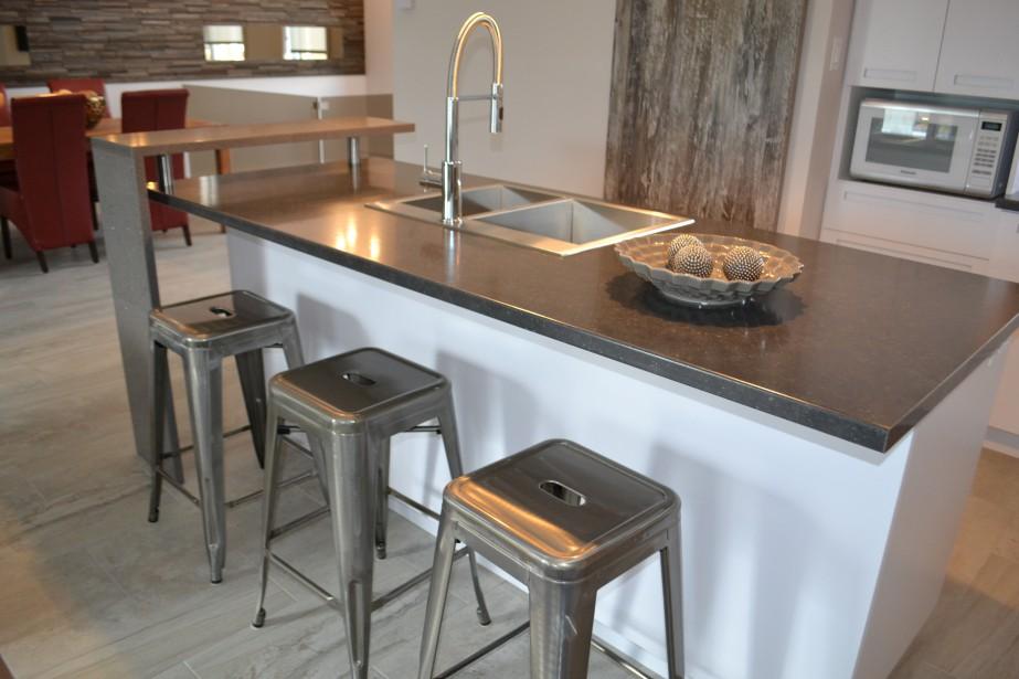 À la cuisine, l'ilot est imposant, parfait pour cuisiner en famille ou pour les 5 à 7 entre amis. ()