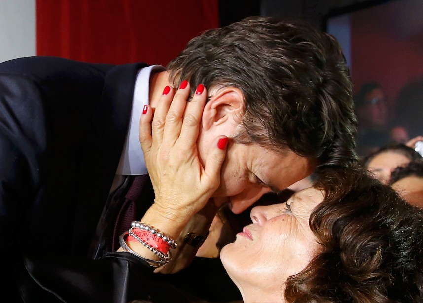 Margaret Trudeau n'a pas manqué d'embrasser son fils... (photo Jim Young, reuters)