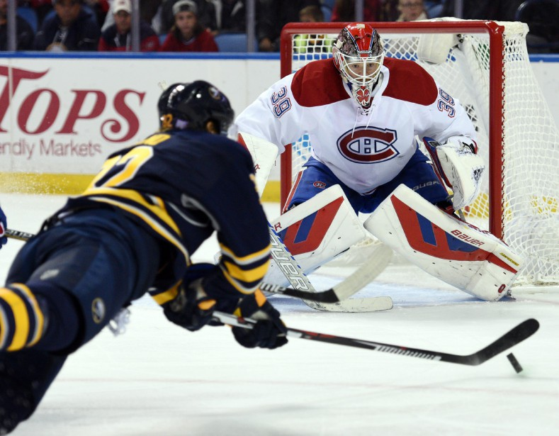 Marcus Foligno plonge vers la rondelle devant le gardien Mike Condon, en première période. (PHOTO GARY WIEPERT, ASSOCIATED PRESS)