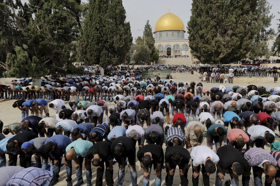 Des Palestiniens prennent part à la prière du... (PHOTO AMMAR AWAD, REUTERS)